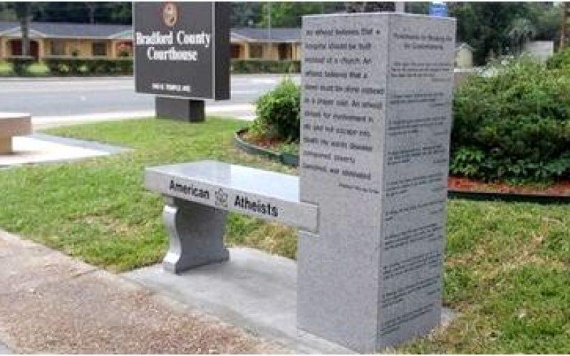 В США установили первый памятник атеизму